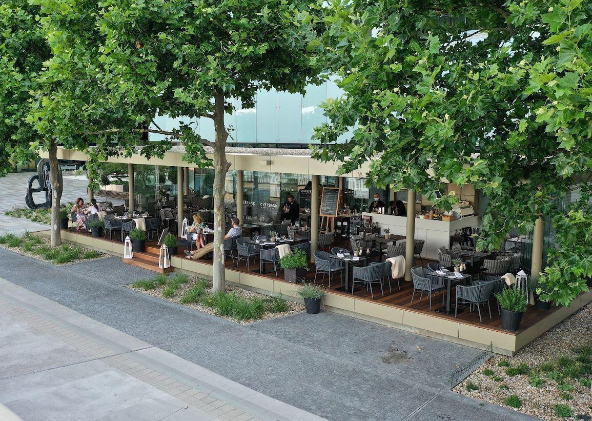 Letná terasa RIVERBANK Restaurant