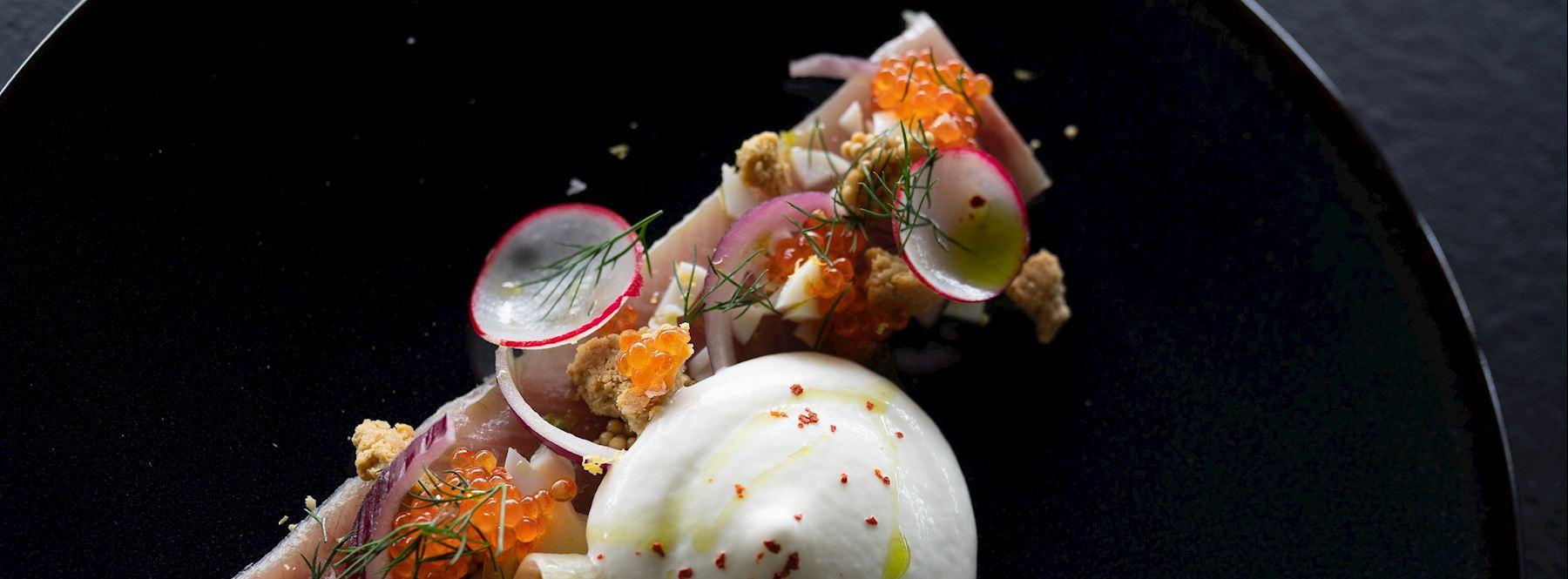 Pstruh dúhový so sekaným vajcom, červenou cibuľou a cmarom s chrenom wasabi